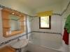 Blick in ein Badezimmer mit Blick ins Grüne